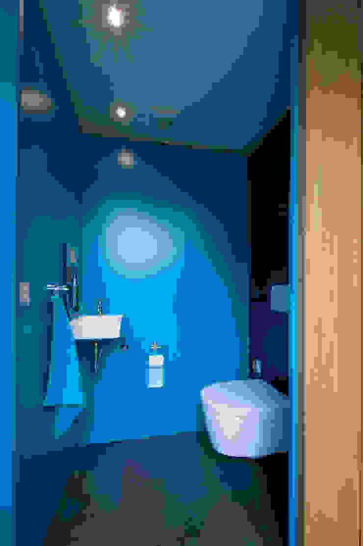 toilet Moderne badkamers van JANICKI ARCHITECT Modern