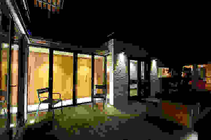 binnenplaats 'by night' Moderne huizen van JANICKI ARCHITECT Modern