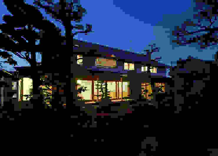 古民家改修:通り土間のある家 日本家屋・アジアの家 の m5_architecte 和風
