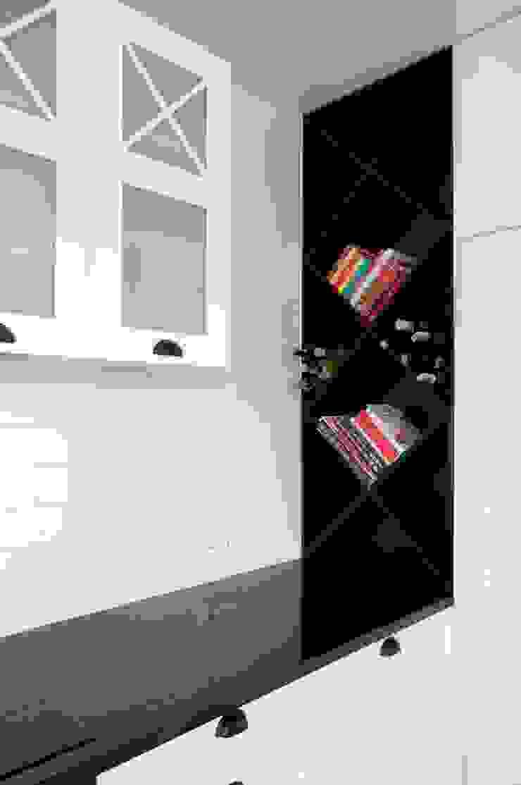 biało-czarna kuchnia Klasyczna kuchnia od PRACOWNIA PROJEKTOWA Ewelina Kot Klasyczny