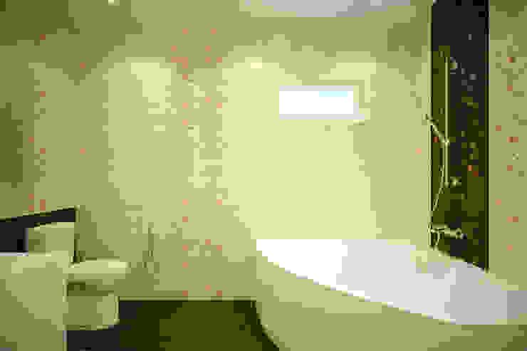 """Дизайн санузла 1 этажа в коттеджном поселке """"Бавария"""" Ванная в азиатском стиле от Студия интерьерного дизайна happy.design Азиатский"""