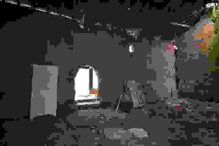 Intérieur de la grange avant travaux Maisons originales par KREA Koncept Éclectique