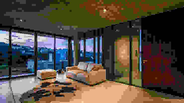 Soggiorno moderno di Arq. Santiago Viale Lescano Moderno