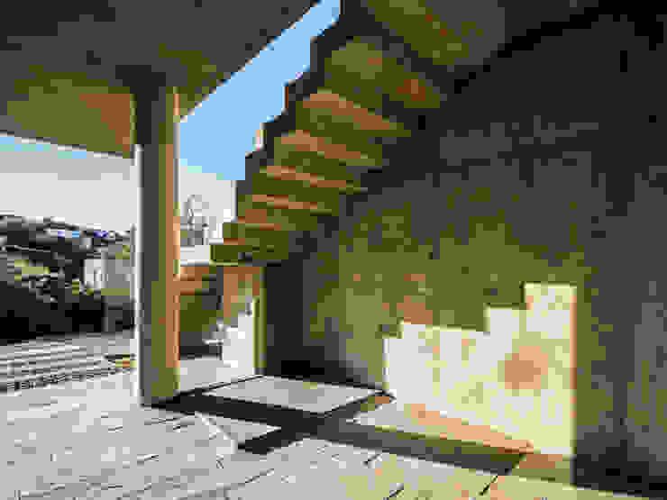 Moderne gangen, hallen & trappenhuizen van Arq. Santiago Viale Lescano Modern