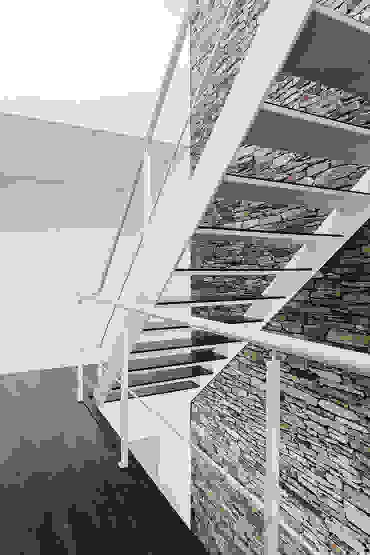 Casa Lote 31 Paredes e pisos modernos por ADOFF - Arquitetos Moderno