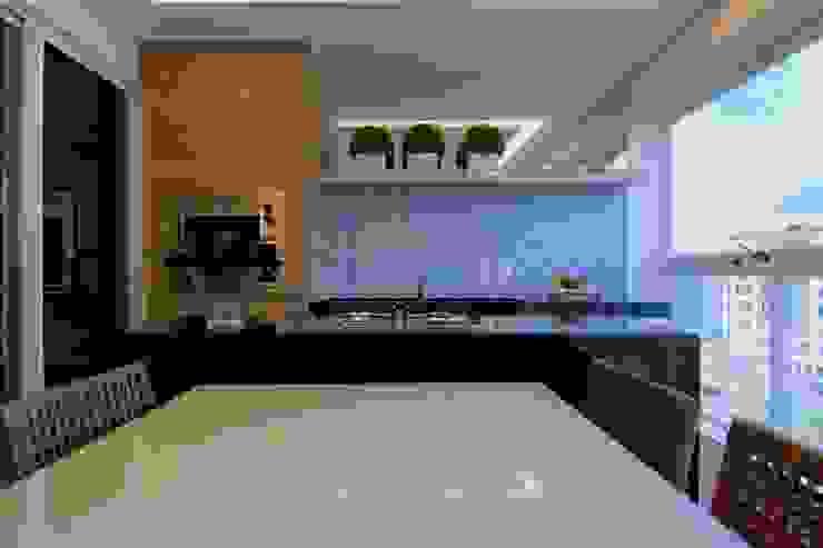 Varanda Gourmet - Madeira e azulejos Varandas, alpendres e terraços modernos por Palloma Meneghello Arquitetura e Interiores Moderno