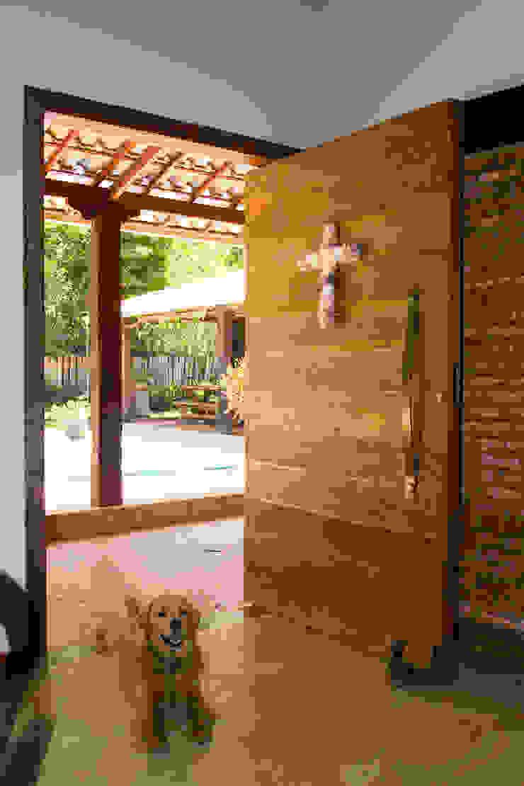 Porta frontal Portas e janelas rústicas por Jaqueline Vale Arquitetura Rústico