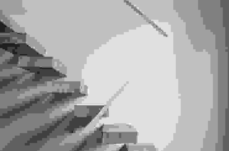 Escalera Pasillos, vestíbulos y escaleras modernos de MeMo arquitectas Moderno