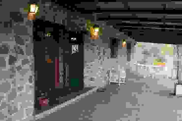Galería Balcones y terrazas rústicos de Casas de Campo Rústico Piedra