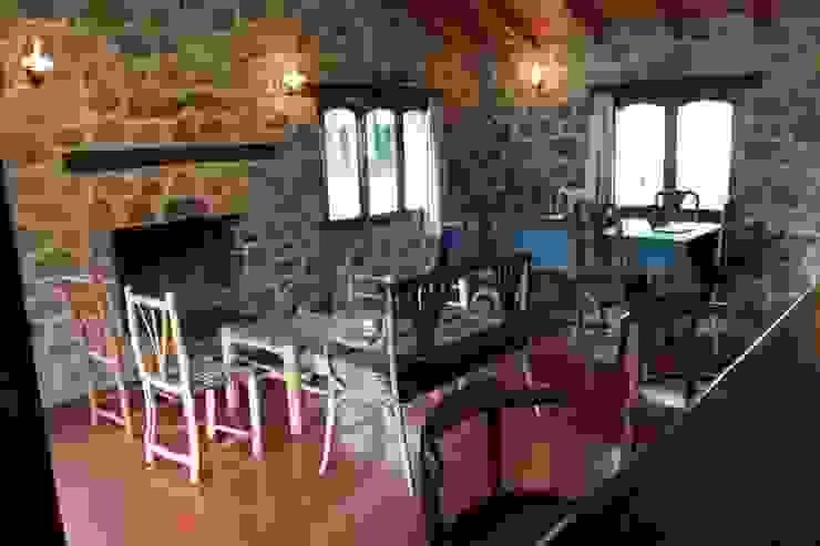 LIVING CON ESTUFA A LEÑA Salones rústicos de estilo rústico de Casas de Campo Rústico Piedra
