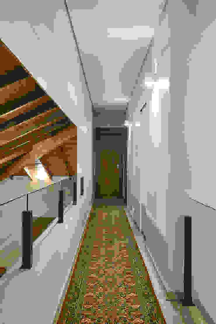 الممر الحديث، المدخل و الدرج من Isabela Canaan Arquitetos e Associados حداثي