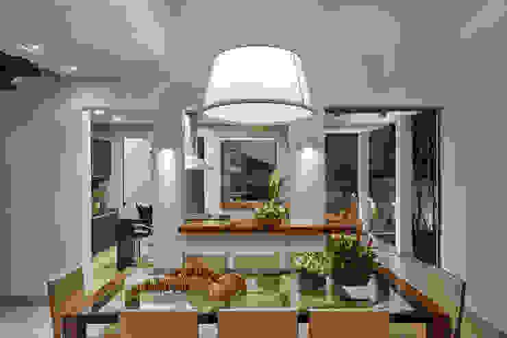 Ruang Makan Modern Oleh Isabela Canaan Arquitetos e Associados Modern