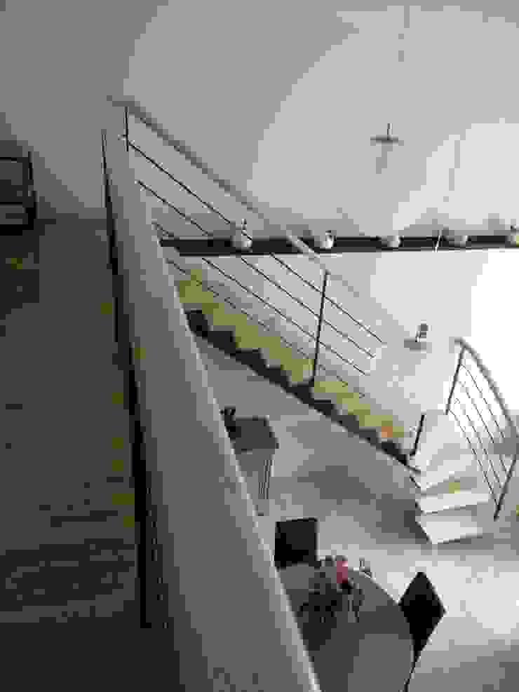 Rénovation d'un séjour avec mezzanine à Grisolles (82) Couloir, entrée, escaliers modernes par Audrey Ardalan Moderne
