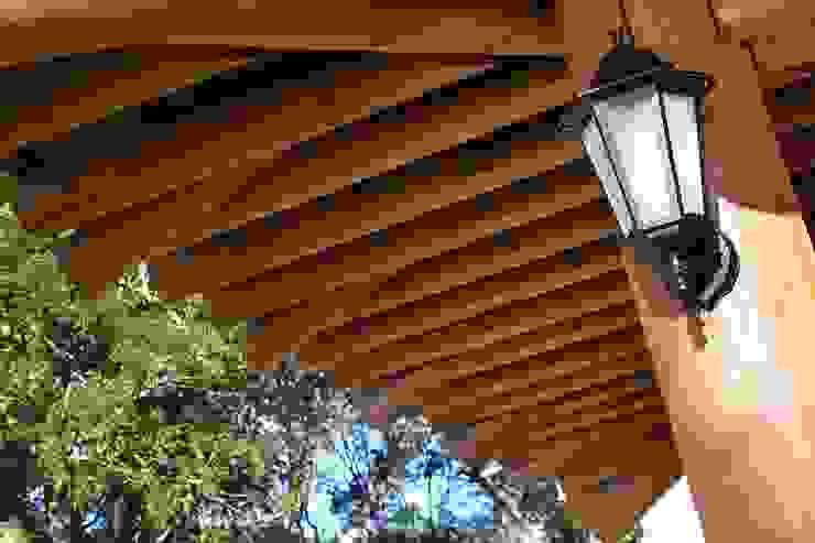 Detalhe do beiral Casas rústicas por Moran e Anders Arquitetura Rústico