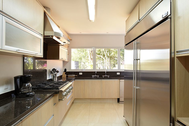 Modern kitchen by Moran e Anders Arquitetura Modern