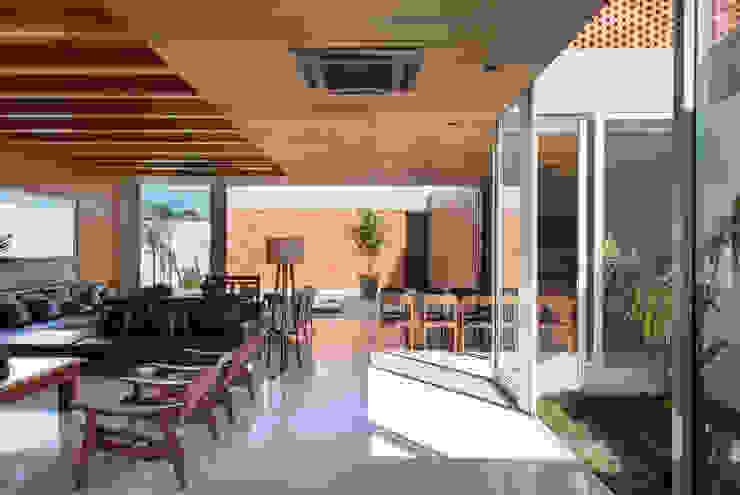 Casa Malva, Bloco Arquitetos Salas de estar modernas por homify Moderno