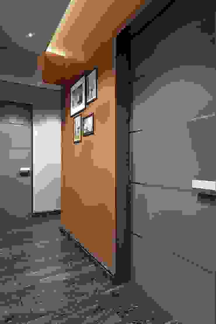 КРАСКИ ЖИЗНИ Коридор, прихожая и лестница в модерн стиле от Дизайн студия Алёны Чекалиной Модерн