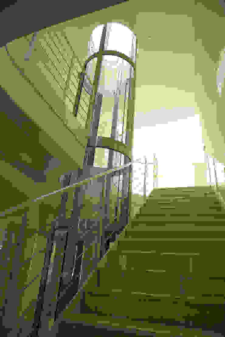 Лестница и Лифт Коридор, прихожая и лестница в эклектичном стиле от Бюро9 - Екатерина Ялалтынова Эклектичный