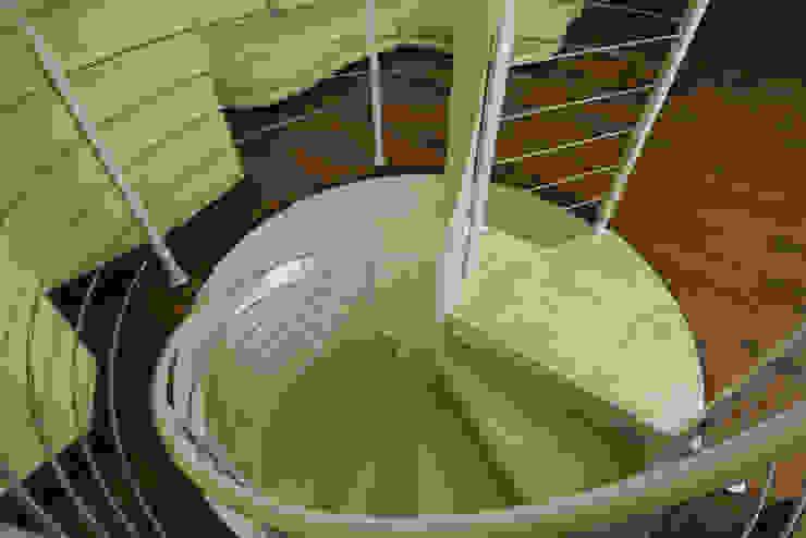 Винтовая Лестница Гостиные в эклектичном стиле от Бюро9 - Екатерина Ялалтынова Эклектичный