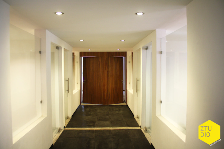 Pasillo central sala de firmas Pasillos, vestíbulos y escaleras minimalistas de ZTUDIO-ARQUITECTURA Minimalista