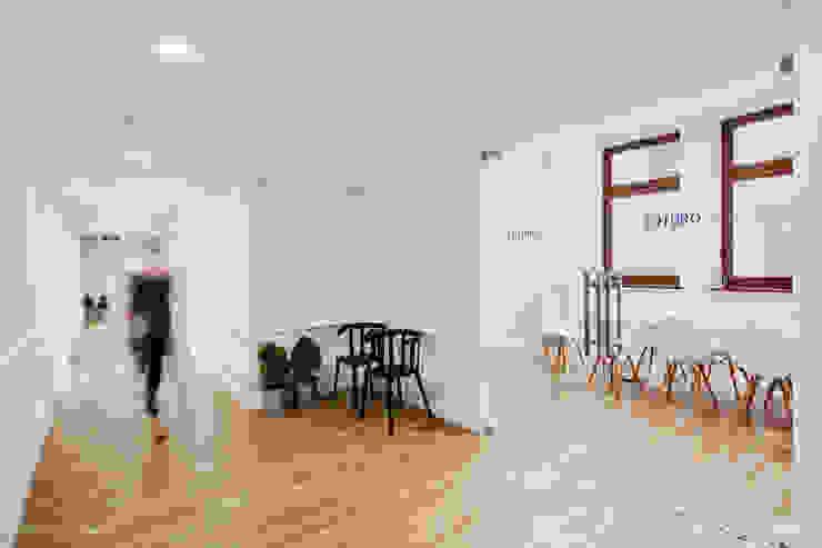 Wnętrza biurowe 'Futuro Finance' - korytarz od DOKTOR ARCHITEKCI Minimalistyczny Drewno O efekcie drewna