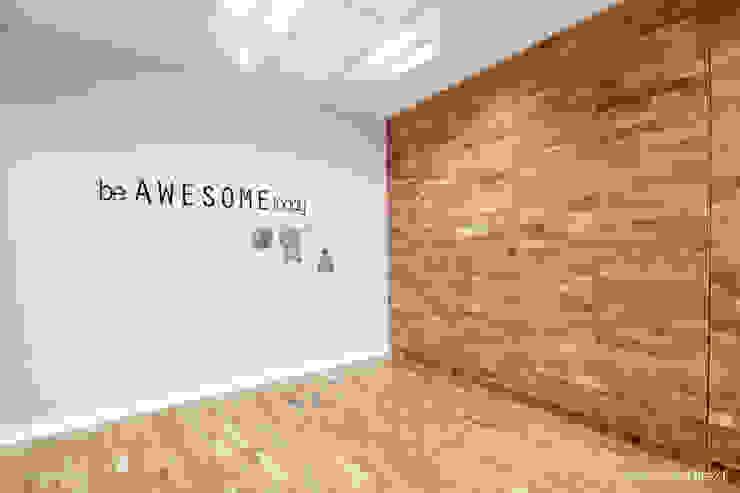 Wnętrza biurowe 'Futuro Finance' - przed wstawieniem stołów od DOKTOR ARCHITEKCI Minimalistyczny Drewno O efekcie drewna