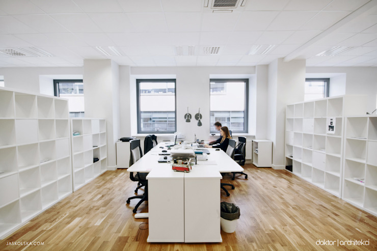 Wnętrza biurowe 'Futuro Finance' - open space - przestrzeń pracy od DOKTOR ARCHITEKCI Minimalistyczny Drewno O efekcie drewna