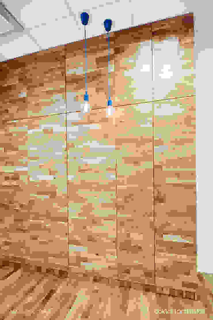 Wnętrza biurowe 'Futuro Finance' - open space - zabudowa meblowa od DOKTOR ARCHITEKCI Minimalistyczny Drewno O efekcie drewna