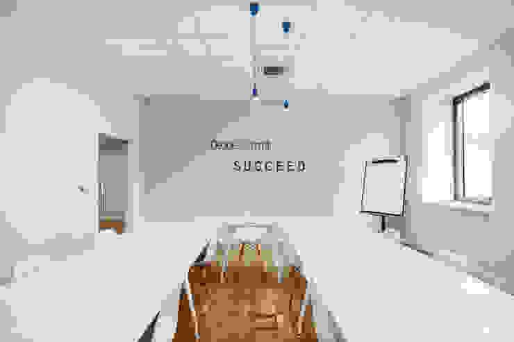 Wnętrza biurowe 'Futuro Finance' - pokój szkoleń + motywator od DOKTOR ARCHITEKCI Minimalistyczny Drewno O efekcie drewna