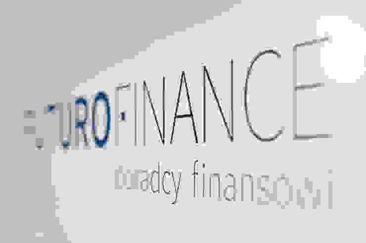 Wnętrza biurowe 'Futuro Finance' - logo od DOKTOR ARCHITEKCI Minimalistyczny Drewno O efekcie drewna