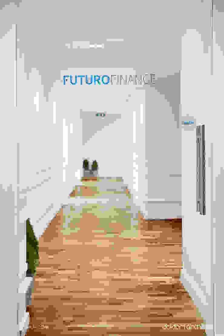 Wnętrza biurowe 'Futuro Finance' - wejście od DOKTOR ARCHITEKCI Minimalistyczny Drewno O efekcie drewna