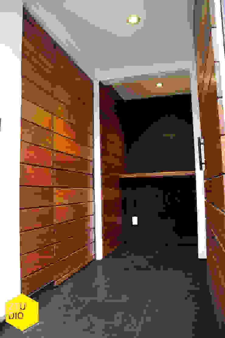 Acceso peatonal Pasillos, vestíbulos y escaleras minimalistas de ZTUDIO-ARQUITECTURA Minimalista