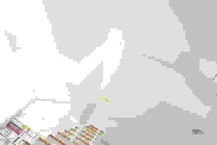 ミラボと実家 /a couples working studio & their parents home モダンスタイルの 玄関&廊下&階段 の 3--lab モダン