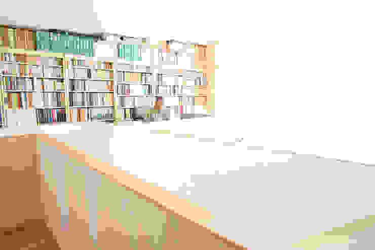 ミラボと実家 /a couples working studio & their parents home モダンデザインの 書斎 の 3--lab モダン