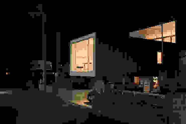 ミラボと実家 /a couples working studio & their parents home モダンな 家 の 3--lab モダン