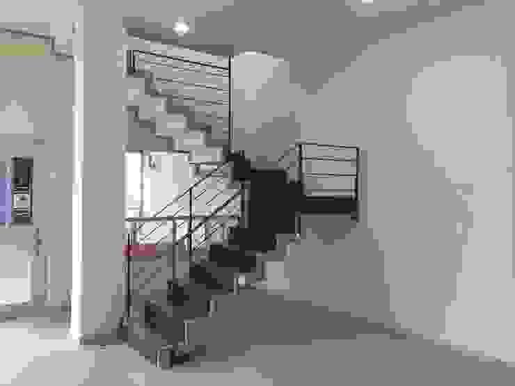 VILLA AUCH Pasillos, vestíbulos y escaleras modernos de HL Héctor Lucatero arquitectos Moderno