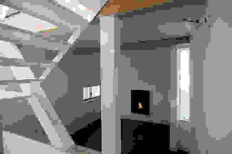 斜め材をあらわし空間をつなげた3階建て木造住宅 モダンデザインの 書斎 の 石井井上建築事務所 モダン