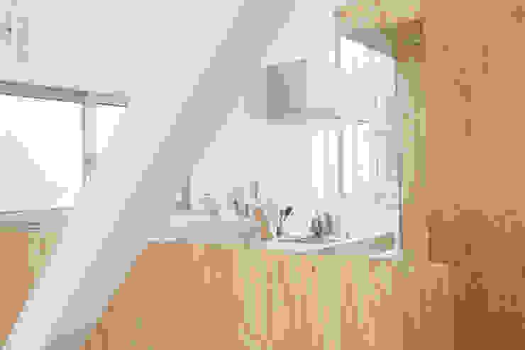 斜め材をあらわし空間をつなげた3階建て木造住宅 モダンな キッチン の 石井井上建築事務所 モダン