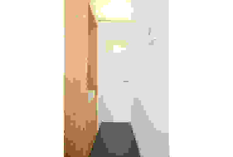 斜め材をあらわし空間をつなげた3階建て木造住宅 モダンスタイルの お風呂 の 石井井上建築事務所 モダン