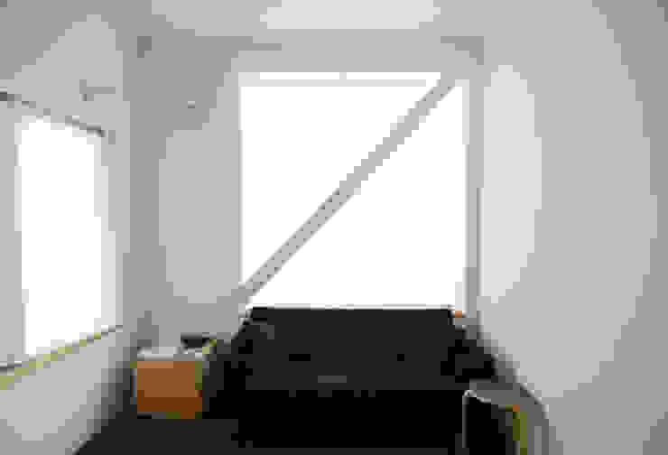 斜め材をあらわし空間をつなげた3階建て木造住宅 モダンデザインの リビング の 石井井上建築事務所 モダン