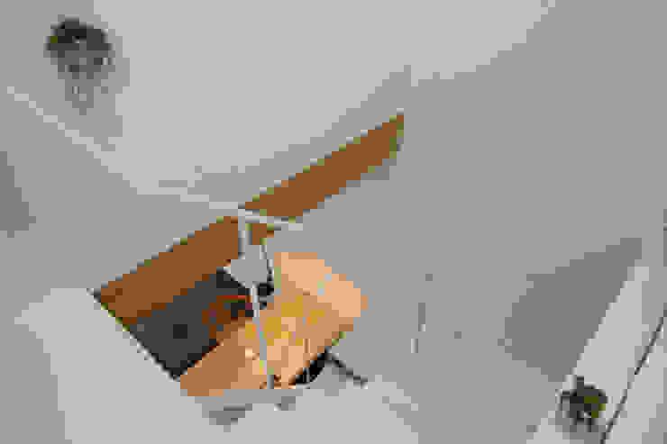 斜め材をあらわし空間をつなげた3階建て木造住宅 モダンスタイルの 玄関&廊下&階段 の 石井井上建築事務所 モダン