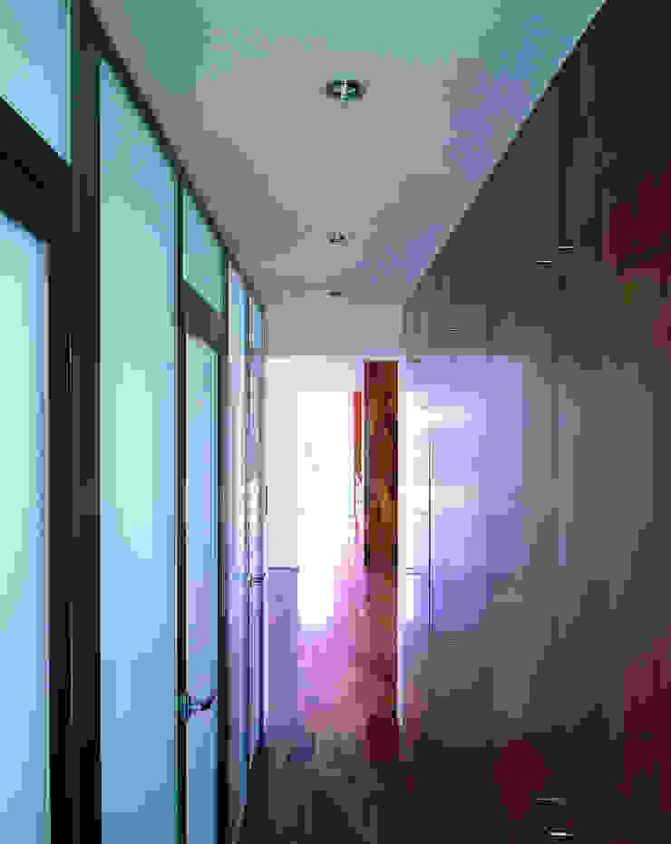 Transformación de cobertizo en vivienda MARTIN MARTIN ARQUITECTOS Baños de estilo minimalista