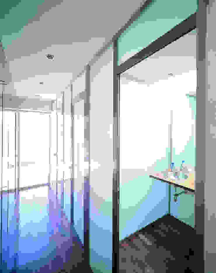 Transformación de cobertizo en vivienda Baños de estilo minimalista de MARTIN MARTIN ARQUITECTOS Minimalista
