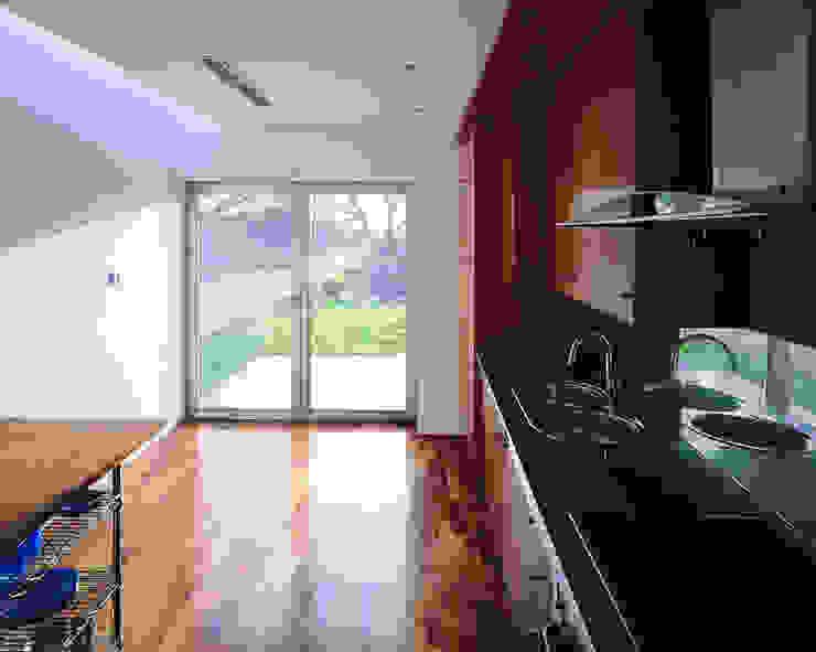 Transformación de cobertizo en vivienda MARTIN MARTIN ARQUITECTOS Cocinas de estilo minimalista