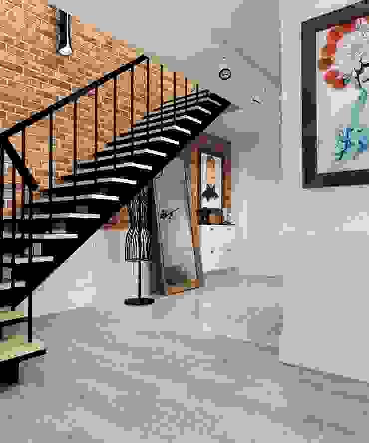 Pasillos, vestíbulos y escaleras de estilo ecléctico de The Аrt of interior from Olga Kalinina Ecléctico