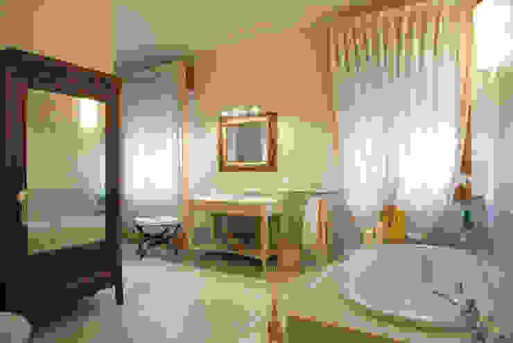 Baños de estilo clásico de bilune studio Clásico