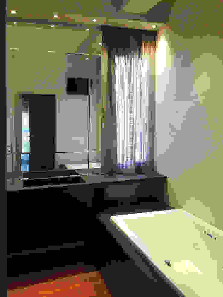 Baños de estilo moderno de bilune studio Moderno