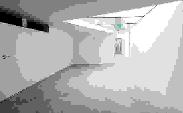 Áreas comuns Corredores, halls e escadas minimalistas por MANUEL CORREIA FERNANDES, ARQUITECTO E ASSOCIADOS Minimalista