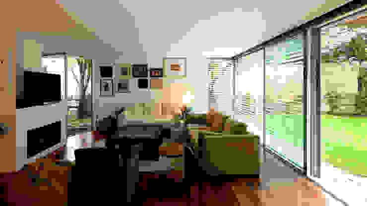 Sala de estar Salas de estar minimalistas por MANUEL CORREIA FERNANDES, ARQUITECTO E ASSOCIADOS Minimalista