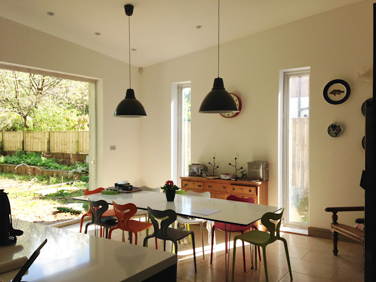 Open-plan Dining room with Tri-fold Doors Modern dining room by ArchitectureLIVE Modern